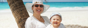 ビーチに座る母親と子供