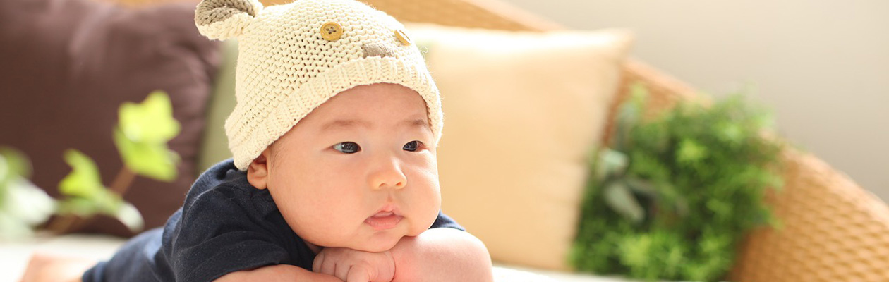 くまの帽子をかぶった子供
