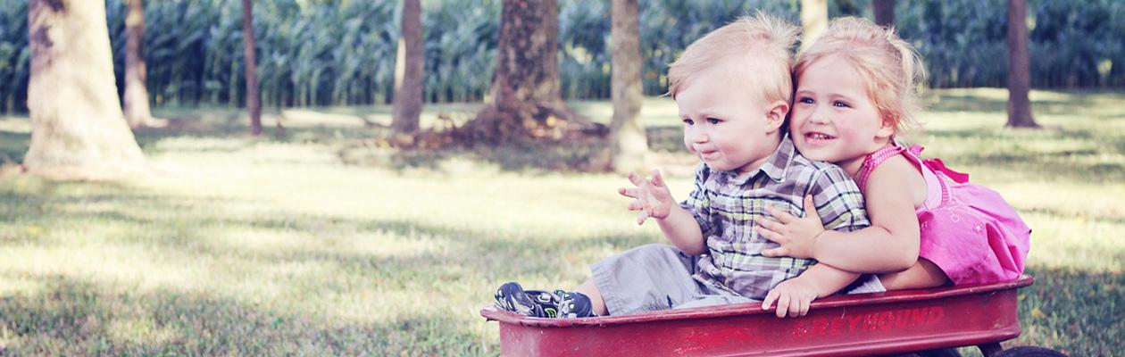台車に乗って遊ぶ子供たち